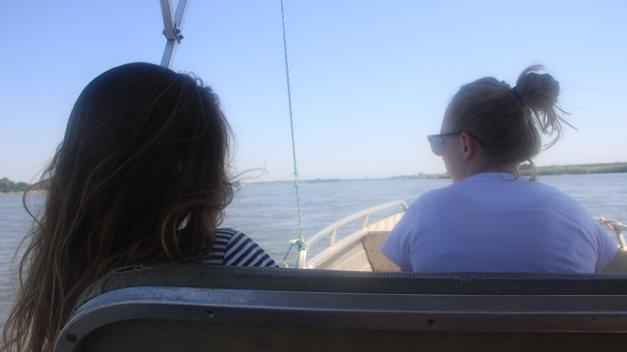 2 meisje op de boot site