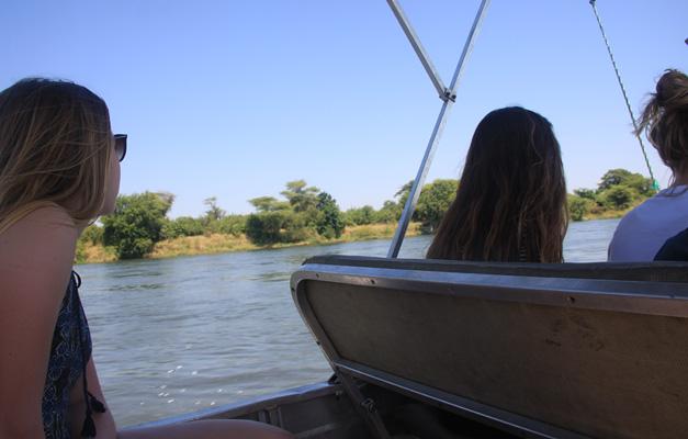 meisje kijkt uit op water 3x site